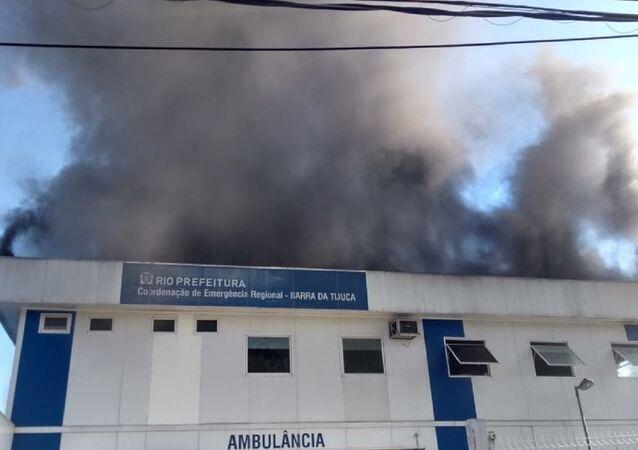 Hospital Lourenço Jorge, na Barra da Tijuca, sob forte incêndio na tarde do dia 3 de novembro, 2018.