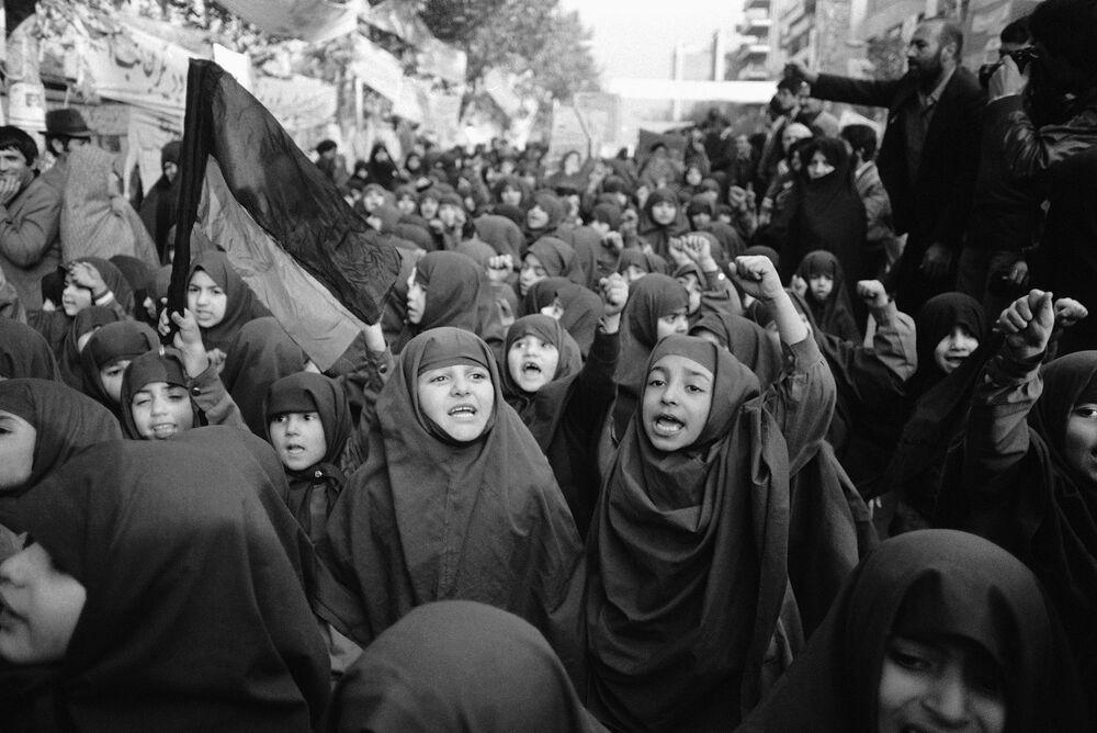 Órfãs protestam perto da embaixada dos EUA em Teerã na sequência da tomada de reféns em 4 de novembro, em 27 de novembro de 1979