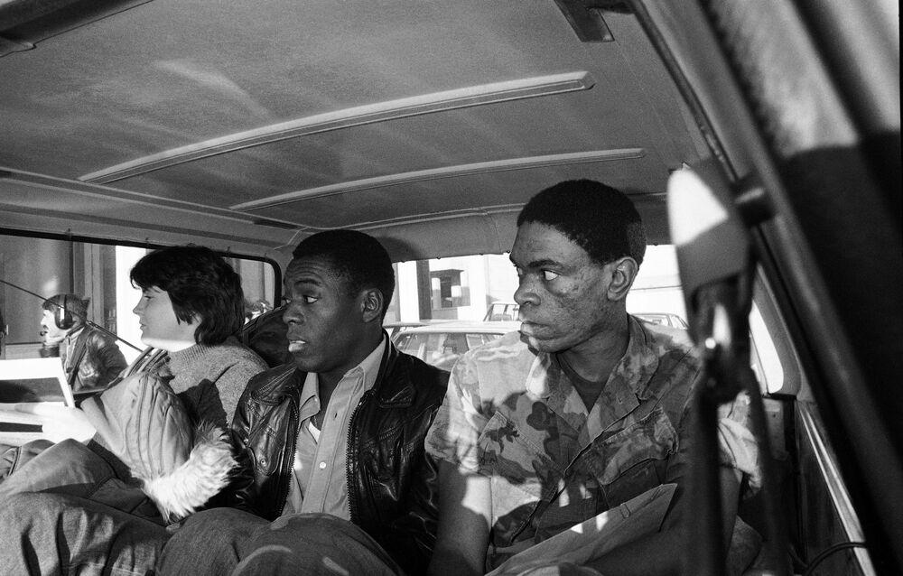 Três reféns sequestrados na embaixada dos EUA em 4 de novembro de 1979 são libertados e viajam para o aeroporto, em 19 de novembro do mesmo ano
