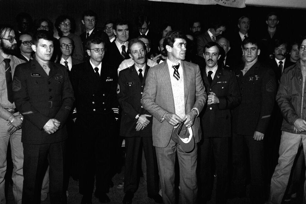 52 reféns libertados da embaixada estadunidense em Teerã chegam no hospital, em 1981
