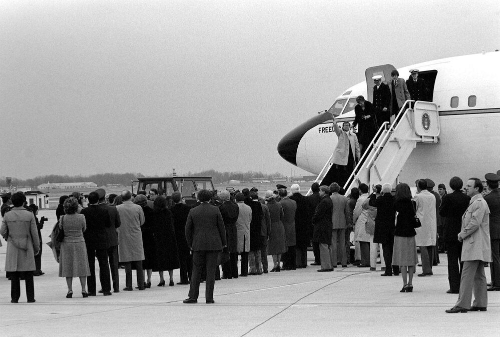 Reféns tomados na embaixada estadunidense em Teerã regressam para os EUA, em 27 de janeiro de 1981