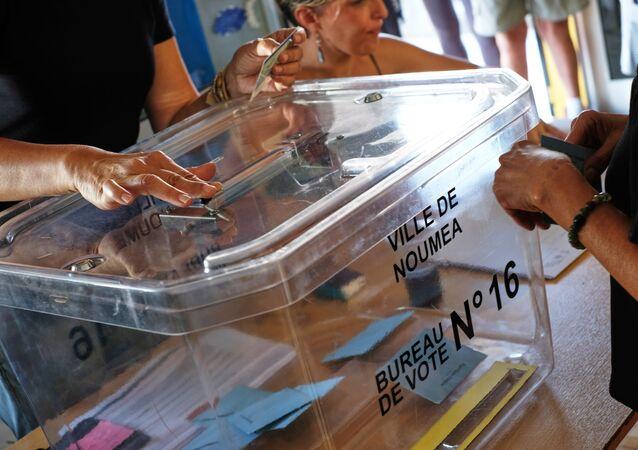 Eleitora vota no referendo sobre a independência da Nova Caledônia, 4 de novembro de 2018