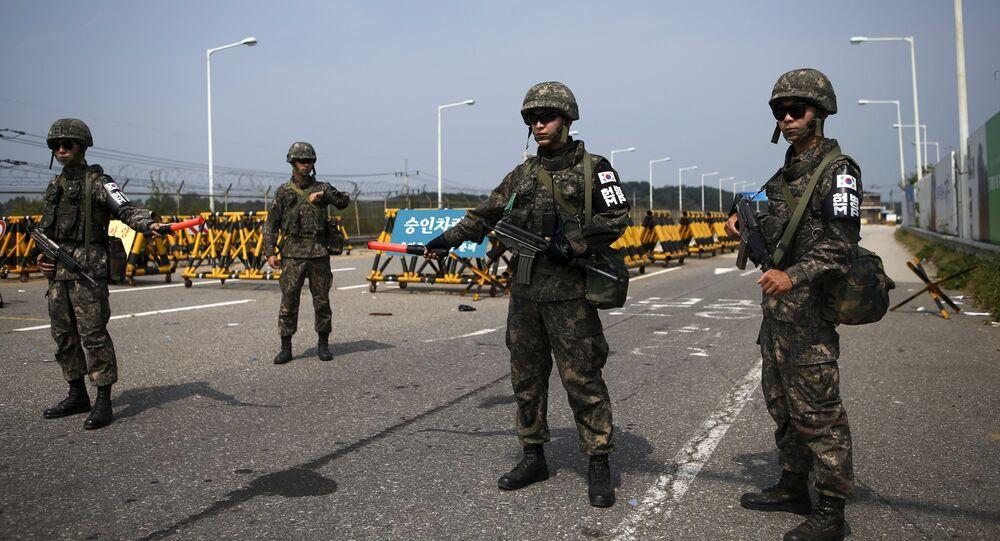 Soldados sul-coreanos montam guarda em um posto de controle na Ponte da Grande Unificação (foto de arquivo)