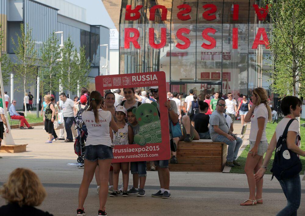 Público visita o pavilhão da Rússia durante a EXPO 2015, em Milão