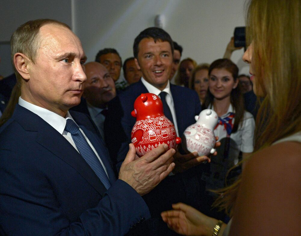 Presidente da Rússia Vladimir Putin e o primeiro-ministro da Itália Matteo Renzi visitam o pavilhão da Rússia durante a EXPO 2015, em Milão