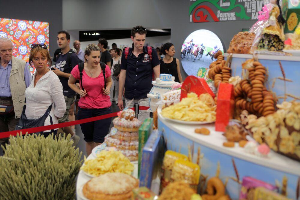 Público visita a ala do Tartaristão no pavilhão da Rússia durante a EXPO 2015, em Milão