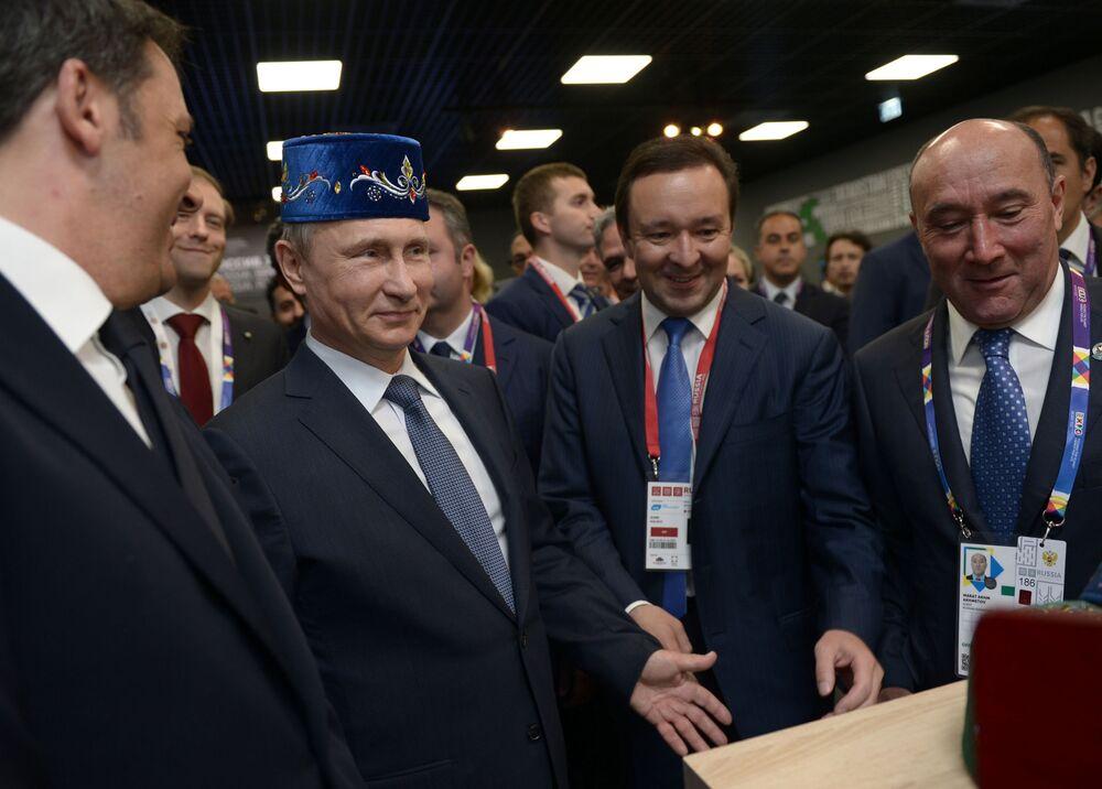 Presidente russo Vladimir Putin e o primeiro-ministro da Itália Matteo Renzi visitam a ala do Tartaristão no pavilhão da Rússia durante a EXPO 2015, em Milão