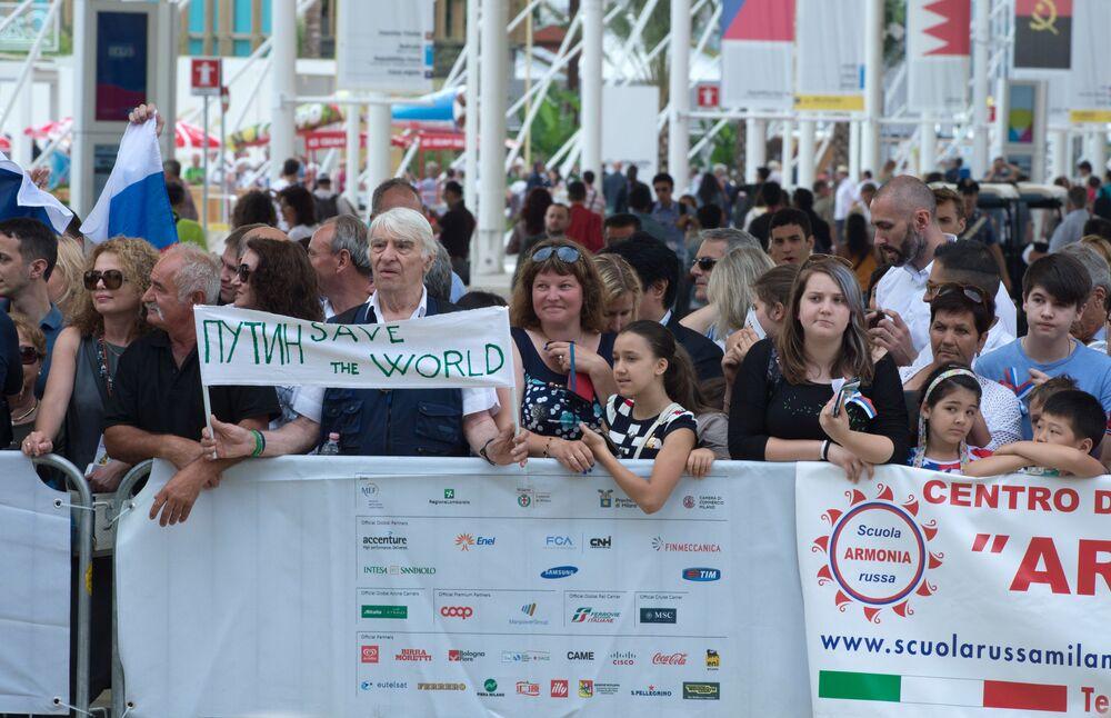 Público acompanha a inauguração do dia nacional da Rússia durante a EXPO 2015, em Milão