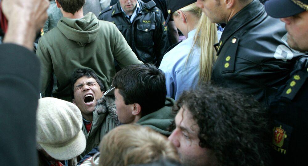 Junho de 2006: polícia norueguesa dispersa refugiados afegãos que acampavam em frente à Catedral de Oslo, em protesto contra a decisão do governo da Noruega de deportar 2 mil de seus compatriotas do país