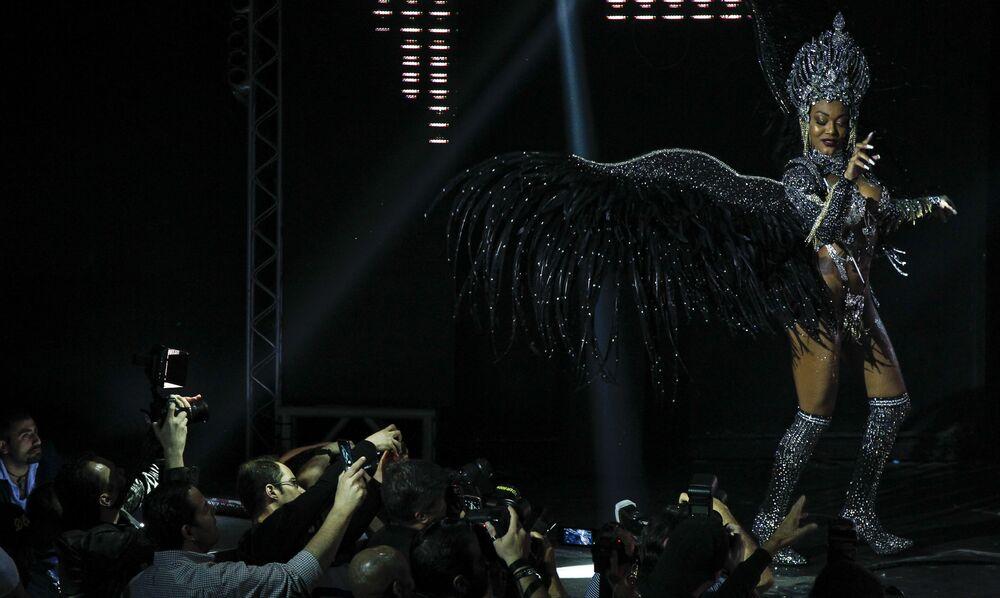 Uma concorrente se apresenta no palco em São Paulo, 5 de novembro de 2018