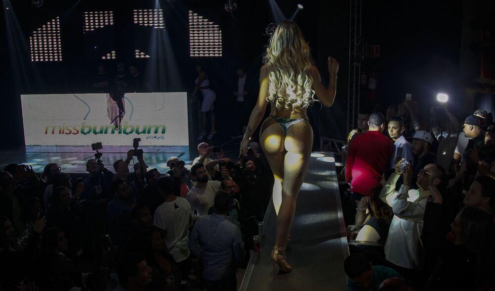A transgênero Paula Oliveira, do estado do Amazonas, apresenta-se na passarela durante o concurso Miss Bumbum 2018