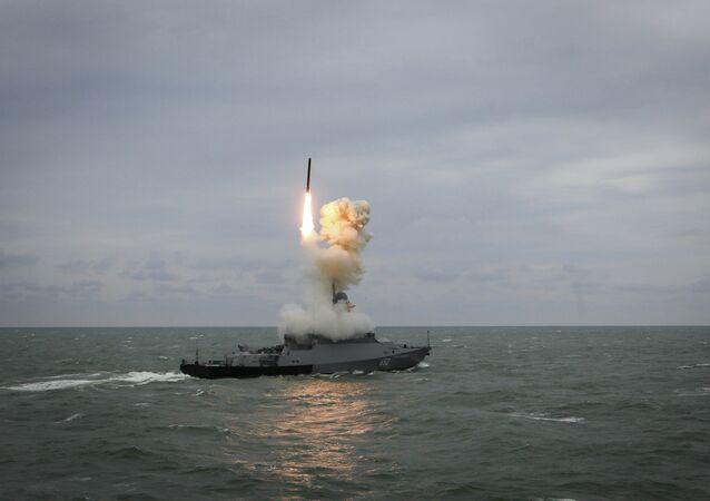 Navio Grad Sviyazhsk, da Marinha russa, lança míssil de cruzeiro Kalibr durante treinamentos da Flotilha do Mar Cáspio (foto de arquivo)