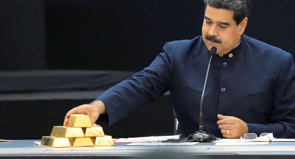 Presidente da Venezuela, Nicolás Maduro, toca barras de ouro enquanto fala durante reunião com ministros responsáveis pelo setor econômico no Palácio de Miraflores, em Caracas, Venezuela, 22 de março de 2018