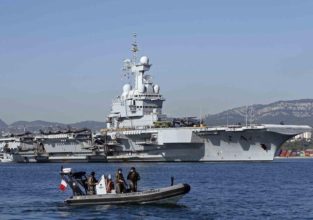 Soldados frances fazem a segurança em torno de o porta-aviões nuclear Charles de Gaulle.