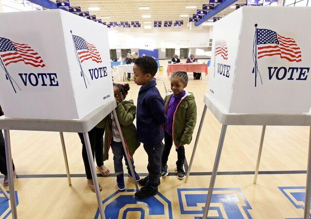 Crianças acompanham a mãe em a votação durante a eleição geral dos EUA em Greenville, Carolina do Norte, EUA, em 8 de novembro de 2016 (foto de arquivo).