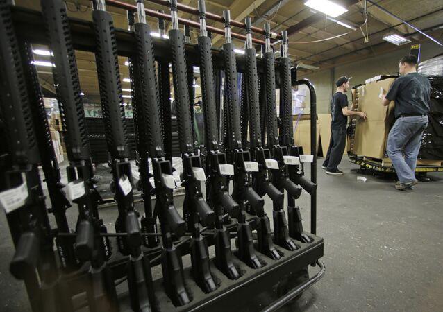 Rifles AR-15 recém-fabricados em um suporte na Stag Arms em New Britain, Connecticut.