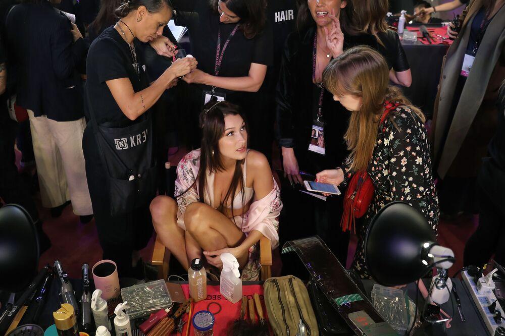 Modelo Bella Hadid nos bastidores do desfile de moda da Victoria's Secret em Xangai, China, 20 de novembro de 2017