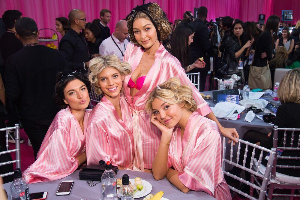 Anjinhas da Victoria's Secret posam para foto nos bastidores antes do show em Nova York, 10 de novembro de 2015