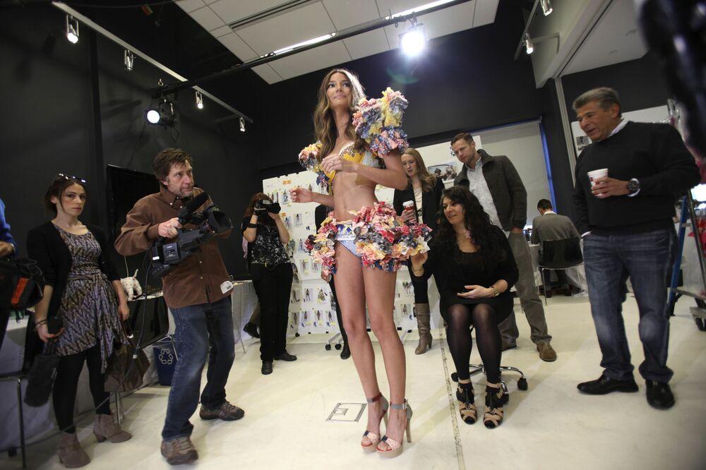 Modelo Lily Aldridge posa para fotógrafos durante prova de roupa para desfile anual da Victoria's Secret, em Nova York, 3 de novembro de 2010