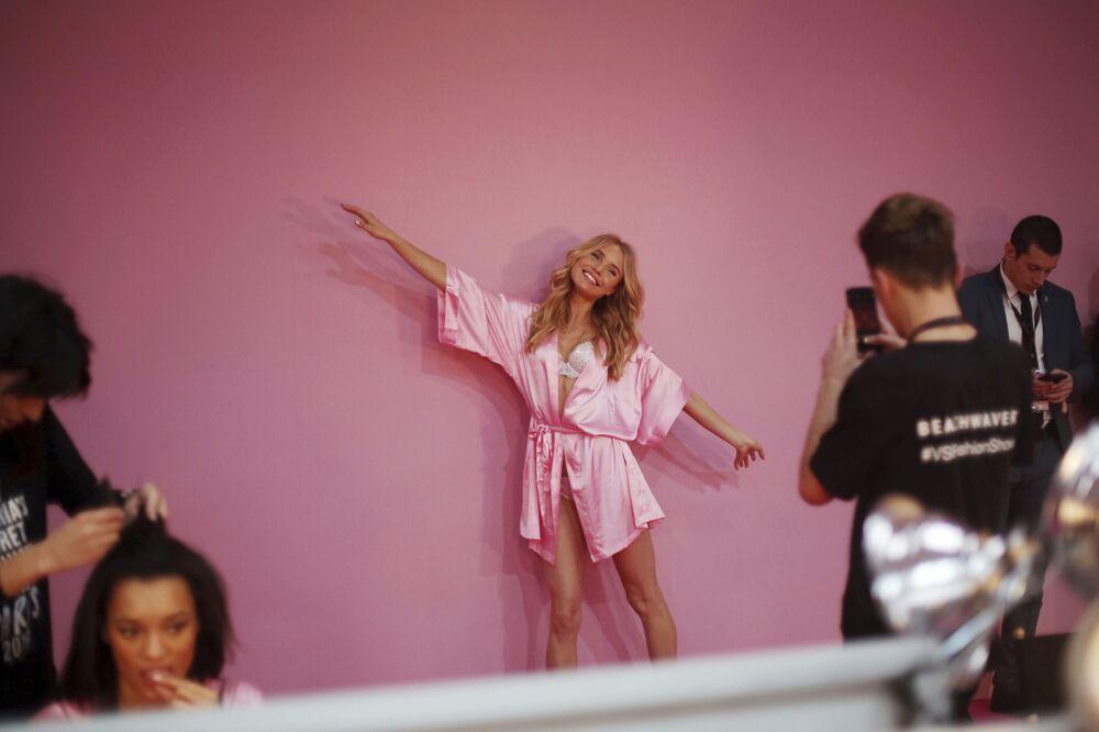 Modelo Romee Stridj posa para foto nos bastidores da Victoria's Secret 2016, em Paris, França