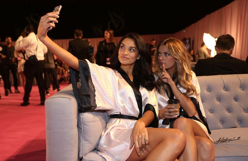 Modelos Shanina Shaik e Kate Grigorieva posam para selfie nos bastidores do desfile da Victoria's Secret em Londres, em 2 de dezembro de 2014