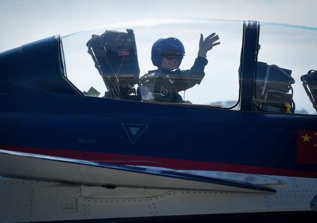 Pilota do Exército Popular de Libertação na cabine do caça J-10 na Exposição Internacional de Aviação & Aeroespacial da China 2018