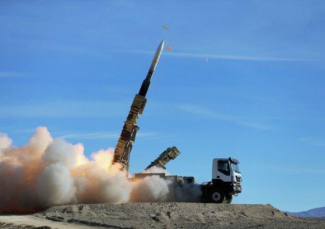 Sistema de defesa antiaérea Talash lançando um míssil Sayyad 2 durante manobras iranianas Velayat (foto de arquivo)
