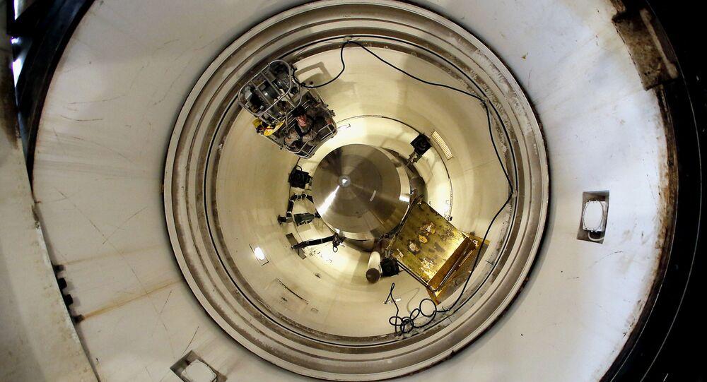 Míssil balístico intercontitental Minuteman III é visto na base aérea de Minot, nos EUA (foto de arquivo)