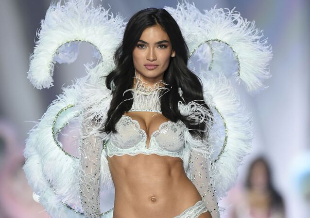Modelo Kelly Gale desfila na passarela da Victoria's Secret Fashion Show 2018