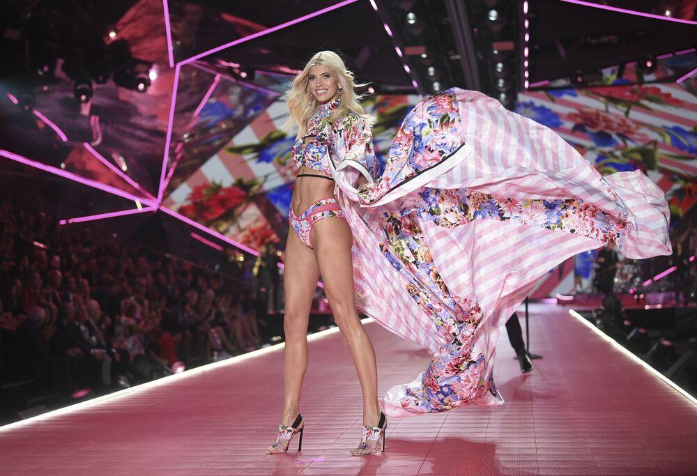 Anjinha da Victoria's Secret, Devon Windsor, durante o desfile de moda da marca renomada de lingerie em Nova York