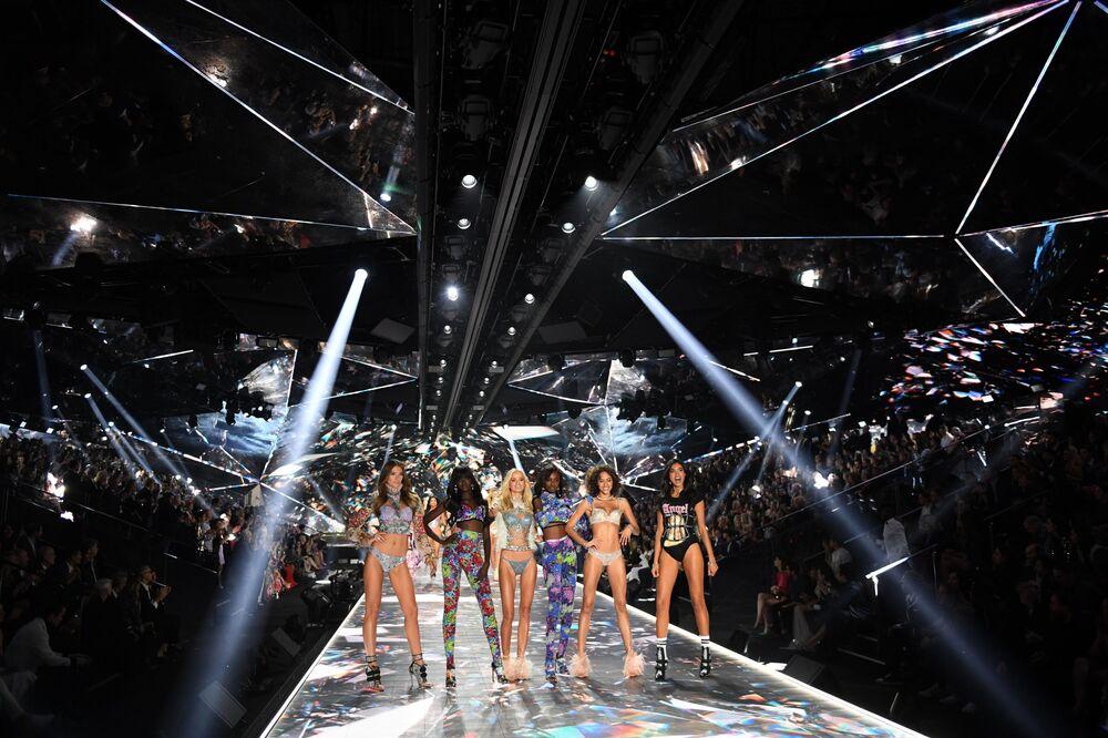 Modelos Lorena Rae, Duckie Thot, Frida Aasen, Leomie Anderson e Alanna Arrington da Victoria's Secret durante o evento de moda mais visto de 2018, cuja realização custou 12 milhões de dólares (R$ 45 milhões)