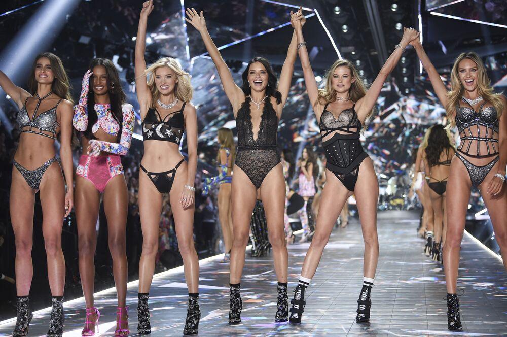 Modelos Taylor Hill, Jasmine Tookes, Elsa Hosk, Adriana Lima, Behati Prinsloo e Candice Swanepoel na passarela da Victoria's Secret
