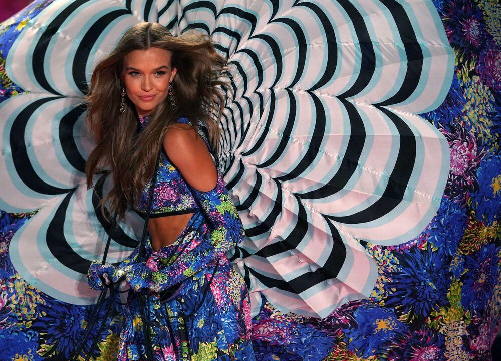 Modelo dinamarquesa Josephine Skriver no desfile da Victoria's Secret em Nova York