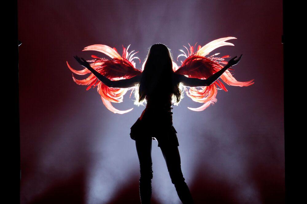 Anjinha desfilando para a Victoria's Secret