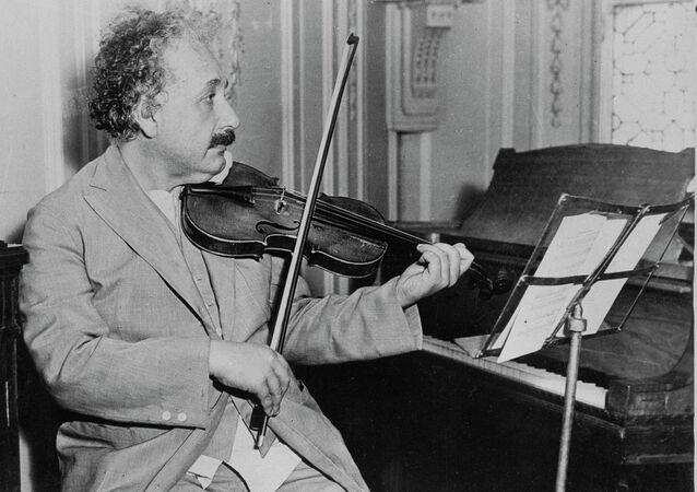 Albert Einstein tocando violino, data e local desconhecido