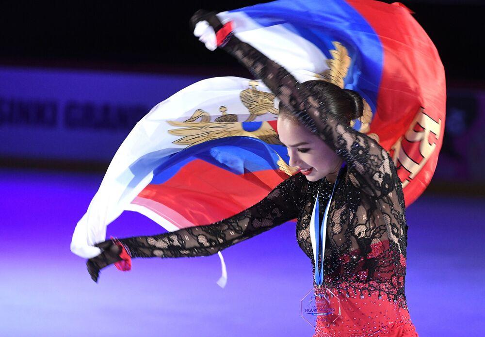 Patinadora artística russa Alina Zagitova ganha medalha de ouro durante a 3ª etapa do Grand Prix de Patinação Artística, em Helsinque