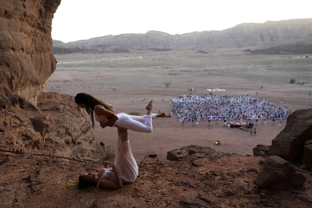 Praticantes de ioga posam durante o festival anual no vale de Timna, em Israel