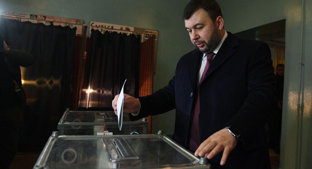 O líder interino da autoproclamada República Popular de Donetsk (RPD), Denis Pushilin, vota durante as eleições na República