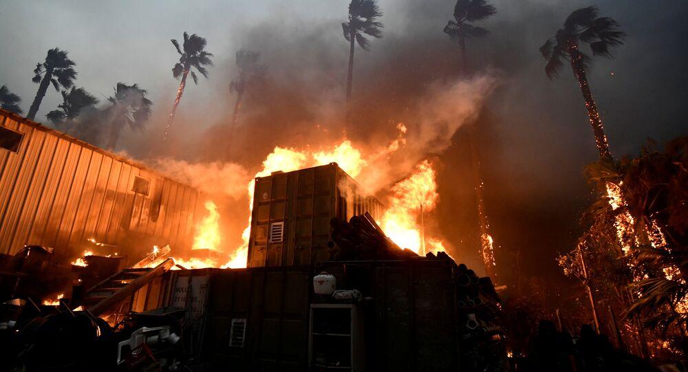 Uma casa é envolvida pelas chamas do incêndio Woolsey, em Malibu, Califórnia, em 9 de novembeo de 2018.