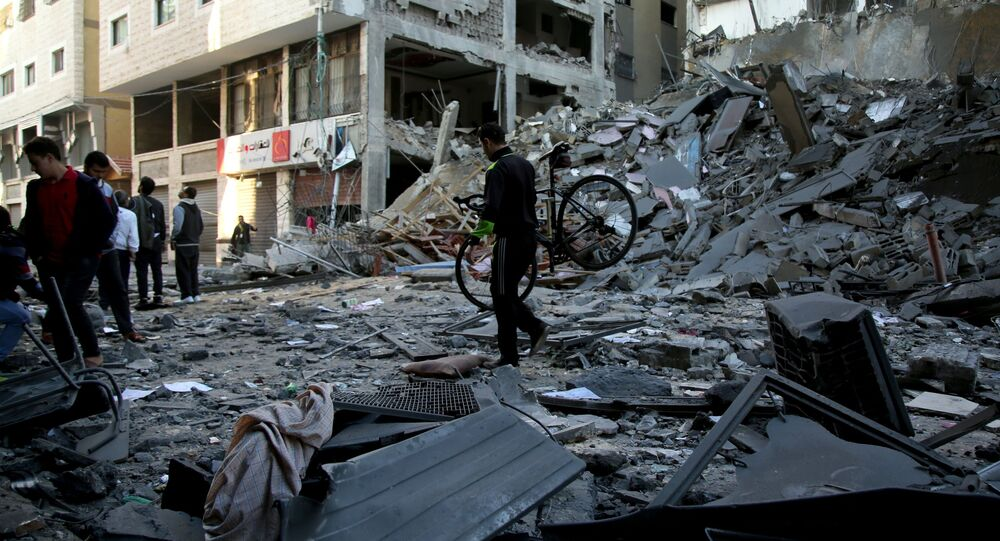 Prédios em ruínas após ataques com mísseis lançados por Israel na Faixa de Gaza