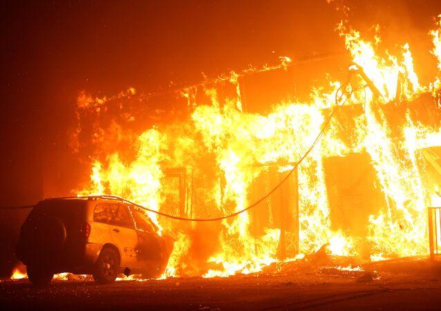 Uma edificação foi tomada pelas chamas em Paradise, na Califórnia