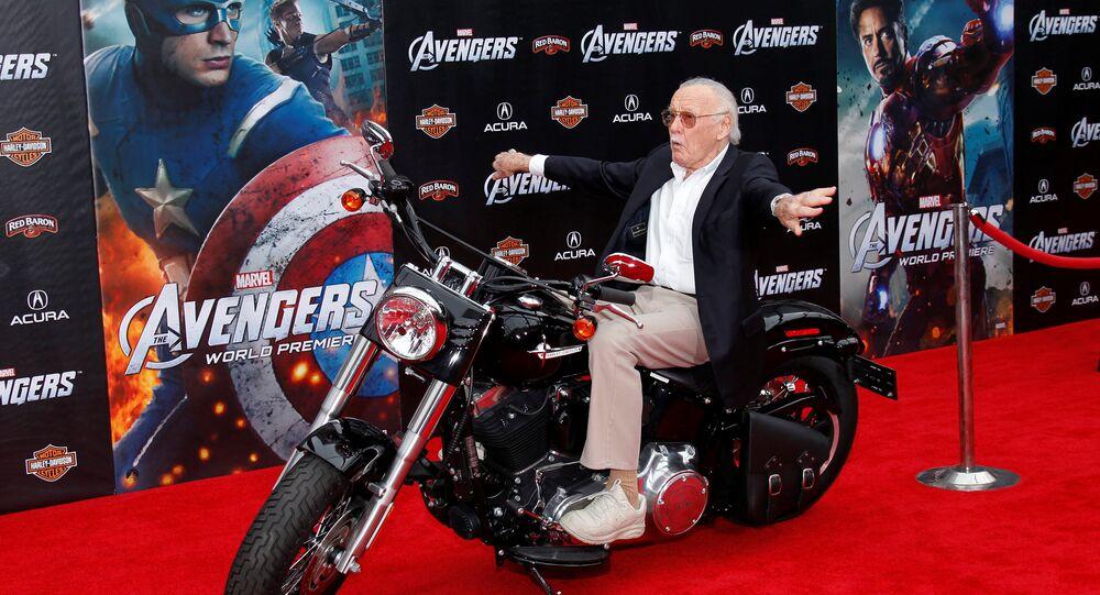 Stan Lee posa em uma moto na estreia mundial do filme Os Vingadores em Hollywood, 11 de abril de 2012 (foto de arquivo)