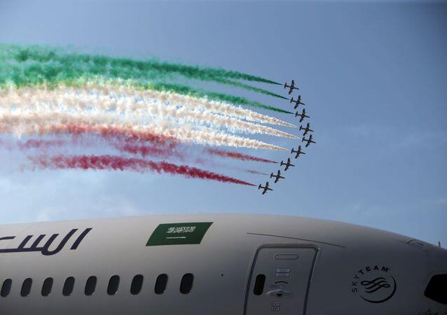 Grupo de voo Frecce Tricolori, da Força Aérea italiana, faz demonstrações acrobáticas durante Show Aéreo Internacional Bahrein 2018, 14 de novembro de 2018