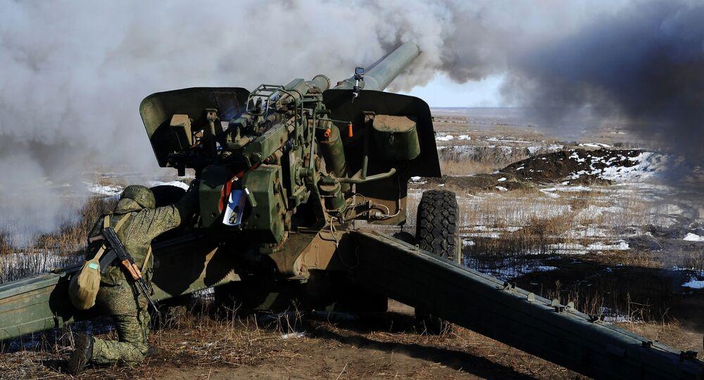 Soldados russos usam peça de artilharia durante exercícios militares (imagem referencial)