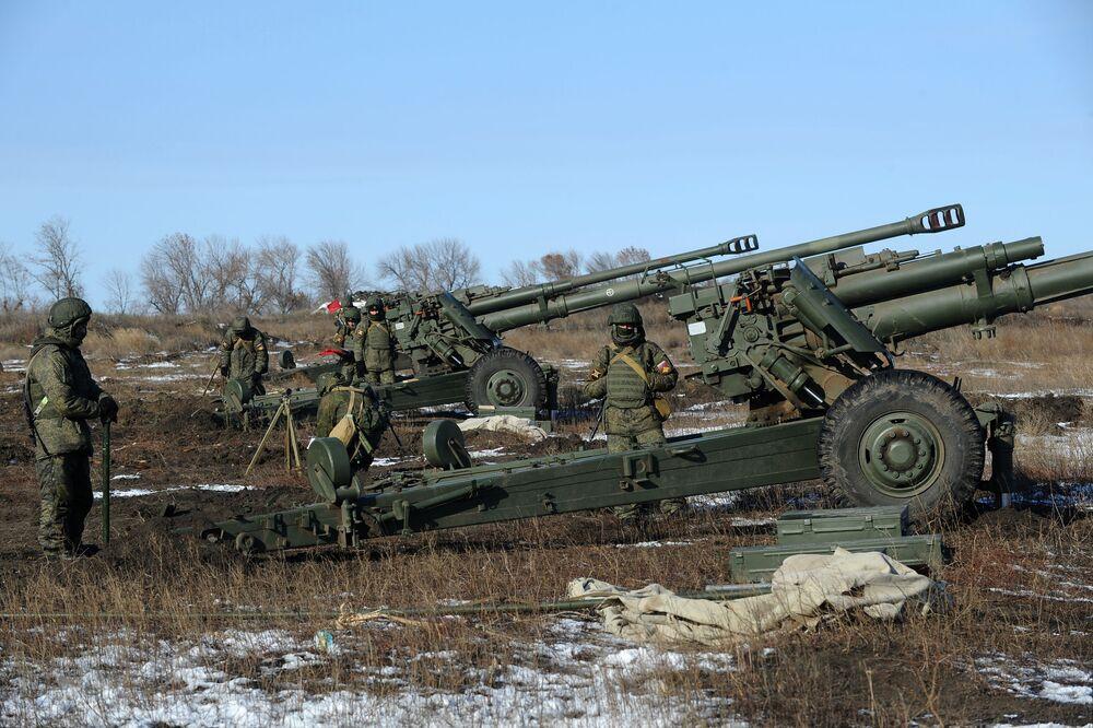 Militares da 150ª divisão de infantaria motorizada das Forças Terrestres da Rússia preparam um obuseiro para tiro real, em 15 de novembro de 2018