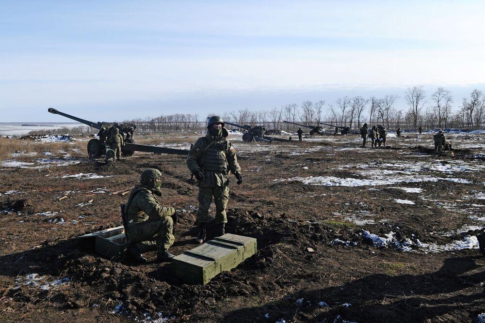 Segundo o cenário, os obuseiros 2А65 Msta-B de 152 mm e os lançadores múltiplos de foguetes BM-21 Grad liquidaram uma coluna de veículos do inimigo convencional detectado por um drone à distância de 10 km