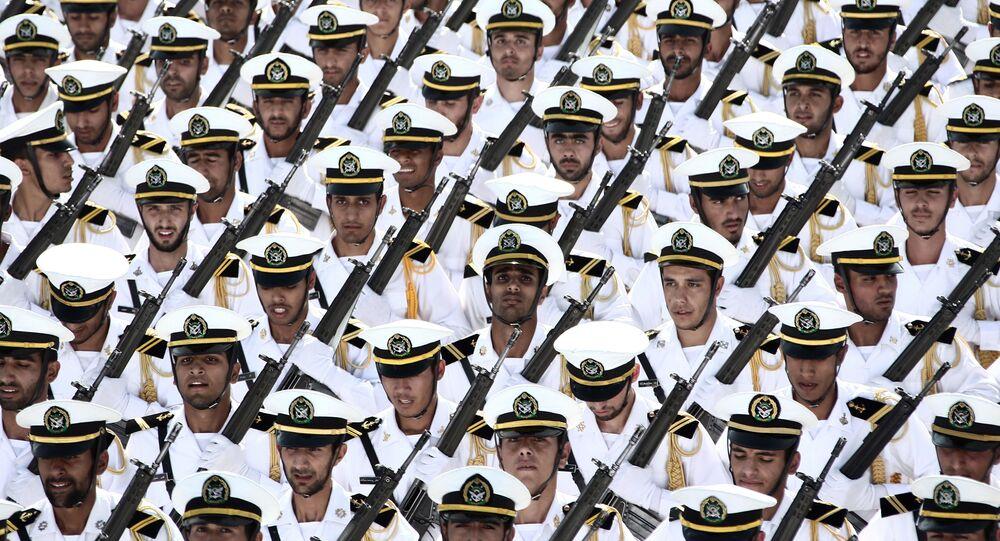 Tropas iranianas marham durante parada militar