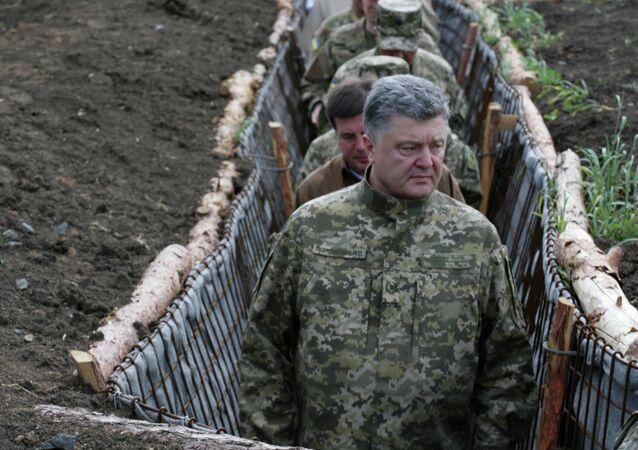 Presidente ucraniano Pyotr Poroshenko examina a construção de fortificações na região de Donetsk