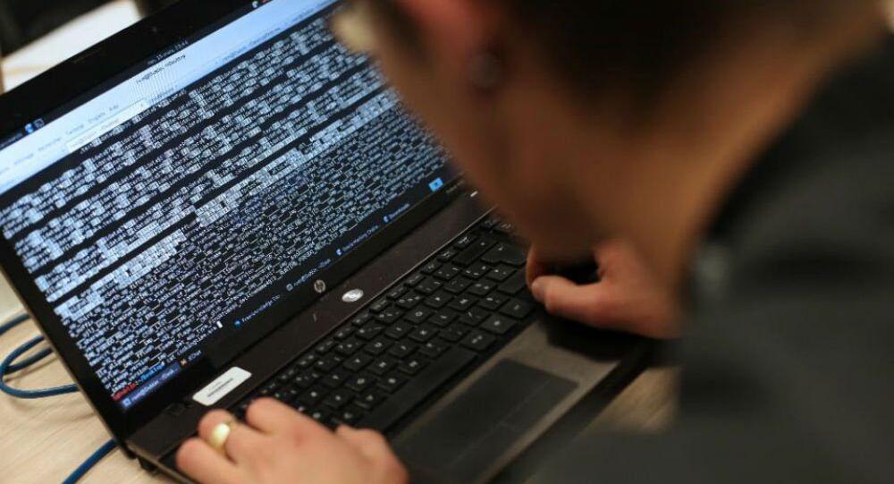 Homem com um laptop