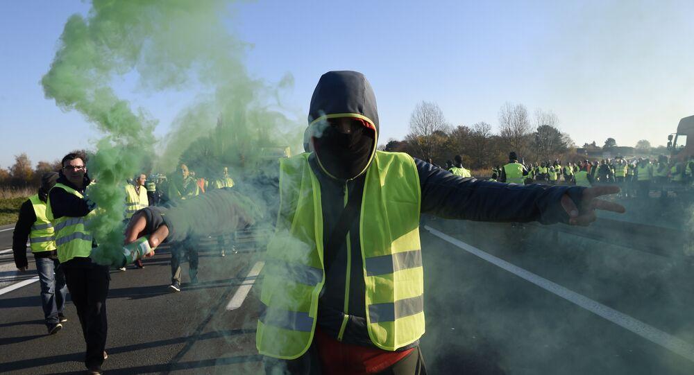 Homem participa dos protestos na França, em 17 de novembro de 2018